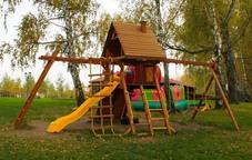 """Детский игровой комплекс New Sunrise """"Зарница"""" с деревянной крышей и рукоходом"""
